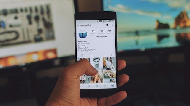 Inbound Marketing Twitter Feed on Smartphone