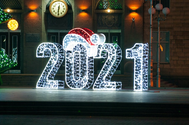 Neon 2021 sign with a santa hat