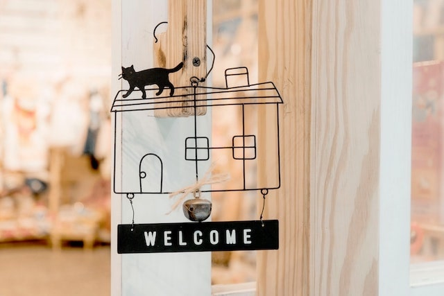 Welcome sign with cat design